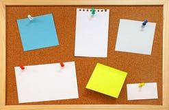 Lege nota's met duwspelden op cork raad Stock Foto