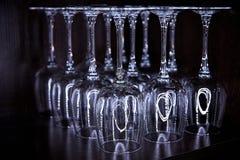 Lege omgekeerde glazen met bezinning Stock Fotografie