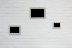 Lege omlijsting bij witte bakstenen muur Stock Fotografie