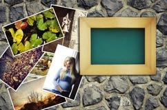 Lege omlijsting met een stapel van foto's Stock Foto's