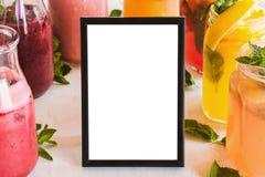 Lege omlijsting met vers fruit rond dranken Royalty-vrije Stock Afbeelding