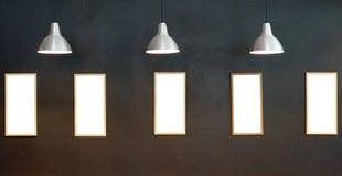 Lege omlijstingen op de muur met verlichting Royalty-vrije Stock Afbeeldingen