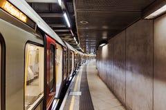 Lege ondergrondse metro bij het station van Westminster stock afbeelding