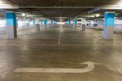 Lege ondergrondse parkerenachtergrond met exemplaarruimte Stock Afbeeldingen