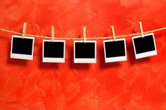 Lege onmiddellijke fotodrukken op een waslijn Stock Afbeeldingen