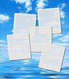 Lege onmiddellijke fotoframes over de zomerhemel Stock Afbeeldingen
