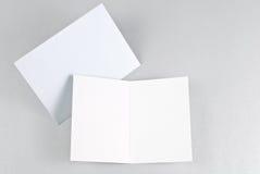 Lege open kaart en blauwe envelop Stock Foto's