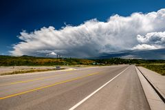 Lege open weg en stormachtige wolken in Wyoming Stock Foto