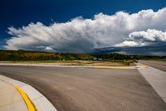 Lege open weg en stormachtige wolken in Wyoming Stock Afbeelding