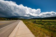 Lege open weg en stormachtige wolken in Wyoming Royalty-vrije Stock Afbeelding