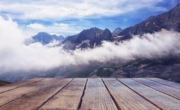 Lege oppervlakte van de houten lijst tegen de achtergrond van een landschap van snow-capped bergen royalty-vrije stock afbeelding