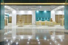 Lege opslagvoorzijde in modern commercieel winkelcomplex stock foto