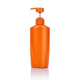 Lege oranje plastic die pompfles voor shampoo of zeep wordt gebruikt Studi Stock Foto's
