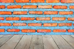 Lege oude houten vloervoorgrond voor productplaatsing met onlangs gebouwde rode bakstenen muurachtergrond stock foto