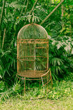 lege oude vogelkooi in de tuin Stock Foto