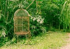 lege oude vogelkooi in de tuin Royalty-vrije Stock Afbeeldingen