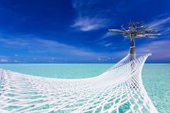 Lege over-waterhangmat in het midden van lagune Royalty-vrije Stock Afbeeldingen
