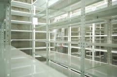 Leeg pakhuis, opslagrekken Stock Foto's