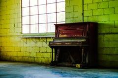 Lege pakhuisvenster en piano Stock Fotografie