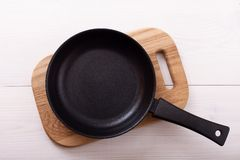Lege pan op houten deklijst met tafelkleed Stock Foto's