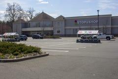Lege Parkeerplaats tijdens Einde & Winkelstaking stock fotografie