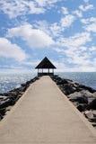 Lege pijler in een vreedzame overzeese haven op een achtergrond van blauwe hemel Stock Fotografie