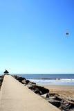 Lege pijler in een vreedzame overzeese haven van blauwe hemel Stock Fotografie