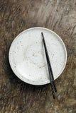 Lege plaat met eetstokjes stock afbeeldingen
