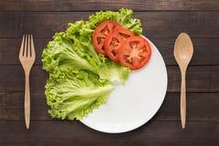 Lege plaat met tomaten en plantaardig wachten voor voedsel Stock Foto