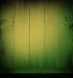 Lege plank naast kleurrijke houten muur Royalty-vrije Stock Foto
