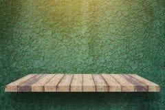 Lege plank op groene de textuurachtergrond van de verfmuur Royalty-vrije Stock Fotografie