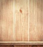 Lege plank op houten muur Stock Fotografie