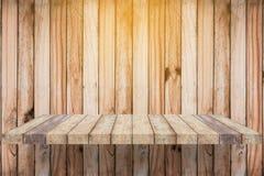 Lege plank op houten muur Stock Afbeelding