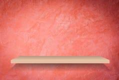 Lege plank op met de hand gemaakte creatieve rode muur Stock Fotografie