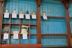 Lege planken in Cubaanse kruidenierswinkelopslag Royalty-vrije Stock Foto's
