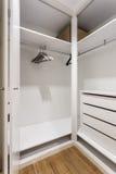 Lege planken in de kastgarderobe voor kleren Stock Foto