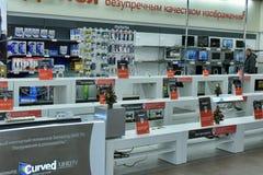 Lege planken in een supermarkt die elektronika verkoopt Stock Foto