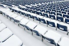 Lege plastic die stoelen in sneeuw worden behandeld Royalty-vrije Stock Foto