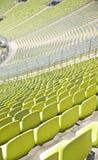 Lege plastic zetels bij stadion Stock Afbeelding