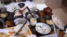 Lege platen en koppen na maaltijd in een Japans restaurant concept een nul concept van het voedselafval stock videobeelden