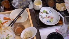 Lege platen en koppen na maaltijd in een Japans restaurant concept een nul concept van het voedselafval stock video