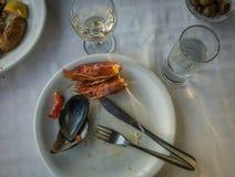 Lege platen met resten van voedsel na de lunch Stock Afbeeldingen