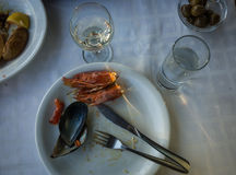 Lege platen met resten van voedsel na de lunch Royalty-vrije Stock Fotografie