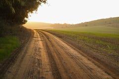 Lege plattelandsweg door gebieden stock afbeelding