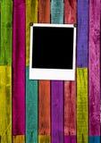 Lege Polaroidcamera op Kleurrijke Houten Achtergrond Stock Fotografie