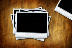 Lege polaroids op grungeachtergrond Stock Foto's
