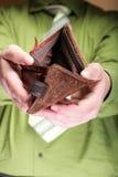 Lege portefeuille in mannelijke handen - slechte economie Stock Afbeelding