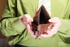 Lege portefeuille in mannelijke handen - slechte economie Royalty-vrije Stock Foto's