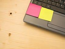 Lege post-itnota's over een laptop PC Stock Fotografie