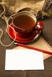 Lege prentbriefkaar, potlood, kop thee Stock Afbeeldingen